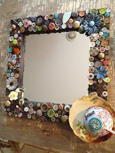 Leuk DIY spiegel versiert met knopen. Ook zoiets maken ? Kijk voor knopen op onze website.