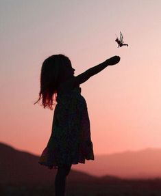 Silhouette of little girl & Tinkerbell fairy - Photo Session Ideas Elfen Fantasy, Cute Kids Photography, Silhouette Photography, Beautiful Children, Belle Photo, Magick, Foto E Video, Beautiful Pictures, Fairies