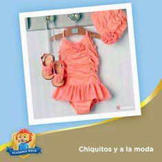 Este juego de traje de baño, sandalias y gorra es de lo más coqueto. ¿Te imaginas lo lindo que le quedaría a tu pequeña?