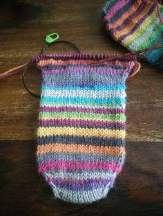 Varpaista varteen hollantilaisella kantapäällä         ~          Äidiltä tyttärelle Knitted Hats, Crochet Top, Socks, Knitting, Crafts, Accessories, Women, Fashion, Moda