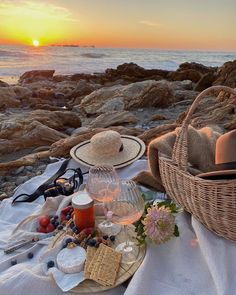 Our goal is to keep old friends, ex-classmates, neighbors and colleagues in touch. Nature Aesthetic, Beach Aesthetic, Summer Aesthetic, Travel Aesthetic, Aesthetic Food, Picnic Date, Beach Picnic, Colorfull Wallpaper, Comida Picnic