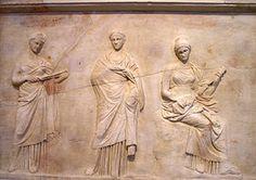Três musas em um baixo-relevo de Mantineia atribuído ao escultor de Praxíteles, século IV a. C.