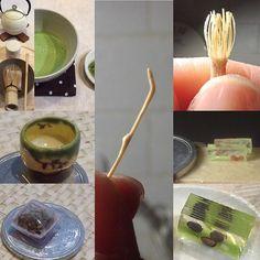 Instagram media by azuponmini - 茶道 裏千家 秋に大きな茶会が催されるので、再び先生に棚点前を指導していただいています。 左上と右下の画像が本物、和菓子職人さんちゃんの「水面」 他はミニチュアで作った過去モノです。 茶杓や茶筅は竹を実際に削り出して作ってみました。 #ミニチュア #miniature #茶道裏千家 #盆略点前 #和菓子屋さんちゃん #wagashi #wabisabi #和