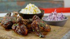 Ailes et pilons de poulet, riz au maïs et salade de chou rouge