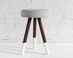 Stol i beton, DIY // Denne DIY kræver en spand, ben i træ, betonblanding og…