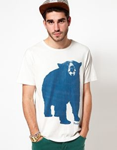 This t-shirt by Penfield has been constructed in cotton. It comes in a regular fit. The details include: crew neck, large print on chest, standard hem and regular cuffs.