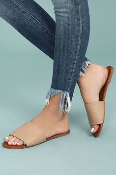 The best things in life are simple and chic, just like the Addison Natural Slide Sandals! Soft vegan leather shapes a wide toe band atop a peep-toe upper. Easy to wear slide-on-design.