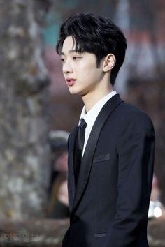 Eomma ㅠ_ㅠ  he is 17 y/o in tuxedo ㅜㅅㅜ Yoo Seonho, Guan Lin, Lai Guanlin, Cute Korean Boys, Kim Jaehwan, Ha Sungwoon, Dream Boy, Chinese Boy, 3 In One