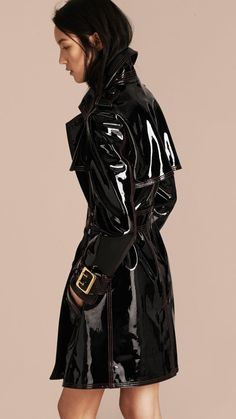 Unlined Patent Leather Trench Coat by Burberry Leather Trench Coat Woman, Trench Coat Outfit, Burberry Trench Coat, Leather Coats, Trent Coat, Leder Outfits, Retro Mode, Pvc Coat, Burberry Women