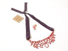 Conjunto collar y pendientes de silicona y tela fettuccia pintado a mano