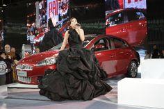 Salón del Automóvil en la Rural convocada para cantar arias de ópera en el stand de Fiat