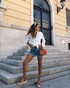 VISIT FOR MORE Time for Fashion 7 seems with shorts vaqueros para no complicars … Summer Shorts Outfits, Casual Summer Outfits, Short Outfits, Spring Outfits, Trendy Outfits, Europe Outfits Summer, Outfit Summer, Paris Spring Outfit, Casual Shorts Outfit