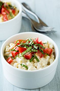 caprese mac and cheese - a 15 minute meal. made with fresh mozzarella, tomatoes and basil.