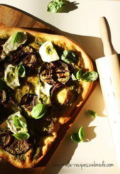 Pesto-Pizza #pesto #pizza #ziegenkaese #aubergine #rotezwiebel #vegetarisch #italianfood #goatcheese #redonion