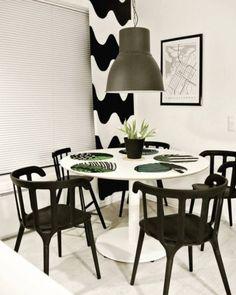 Mustavalkoinen teema pyöreän ruokapöydän ympärillä