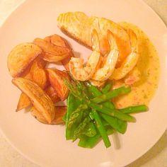 レシピとお料理がひらめくSnapDish - 32件のもぐもぐ - Grilled Salmon and prawns sautéed potatoes, asparagus snow peas with tarragon buerrè blanc by Chrisy Hill