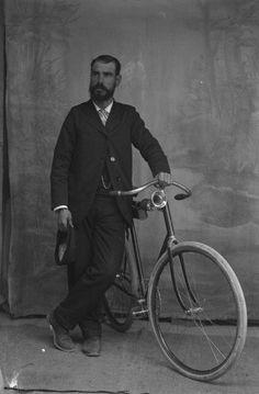 Fotos antiguas: Ciclistas en Totana.Fernando Navarro retrató en su estudio de Totana (Murcia)
