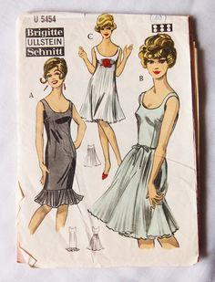 So adorable ... can´t decide which view I like best!   Vintage Schnittmuster - 70er Abendkleid Empire Flapper Schnittmuster Gr 40 - ein Designerstück von zuzsa bei DaWanda