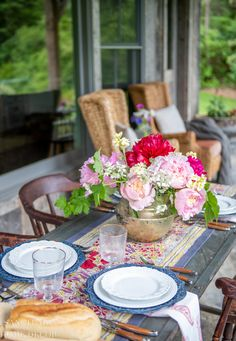 3 easy steps to set a beautiful French country summer table. Casual and eclectic-French country styl is easy to achieve with just a few key elements. French Country Tables, French Country Style, French Country Decorating, French Table Setting, French Decor, Summer Centerpieces, Beautiful Table Settings, Colorful Garden, Tablescapes