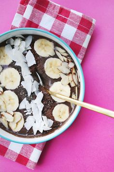 This dark chocolate peanut butter smoothie bowl from A Beautiful Mess tastes like brownie batter BUT it's actually healthy. We'd eat it for every meal if we could! Smoothie Bowl, Raspberry Smoothie, Yummy Smoothies, Smoothie Recipes, Smoothie Packs, Drink Recipes, Chocolate Peanut Butter Smoothie, Chocolate Shake, Chocolate Peanuts