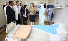 Durante el recorrido las autoridades visitaron una de las salas acondicionadas para la atención de pacientes.