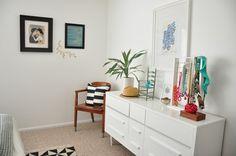 gostei da cômoda, do carpete, da almofada, do tapete e dos objetos em cima da cômoda.