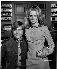 Battlestar Galactica - Starbuck (Dirk Benedict) and Cassiopeia (Laurette Spang) Best Sci Fi Shows, Sci Fi Tv Shows, Sci Fi Series, Tv Series, Battlestar Galactica Cast, Kampfstern Galactica, 1970s Tv Shows, The A Team, Classic Tv