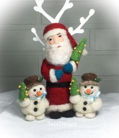 Neulahuovutetut figuurit joulumyyjäisiin.