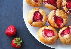 Brioșe cu iaurt și căpșuni (fără zahăr) Muffin, Breakfast, Cake, Food, Banana, Pie Cake, Pastel, Meal, Eten