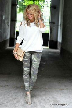 The army-patterned pants look great with white as they look less harsh and the cut-outs at the shoulders of the sleeves really add to the edgy look. Camouflage Fashion, Camo Fashion, Fashion Outfits, Womens Fashion, Camo Leggings Outfit, Legging Outfits, Camo Pants, Beauty And Fashion, Look Fashion