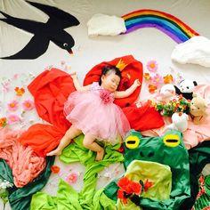 erichedelic * Thumbelina emojiemojiemoji #ことの寝相アート いちを…… 親指姫です♫ 王子様もモグラもいない、 役者不足の親指姫(笑) 季節感ないけど、 もう寒くなるから半袖系は着て寝せれないってことで。 みなさま、よいいちにちを。