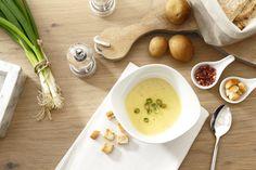 KARTOFFELSUPPE | Eine herzhaft-cremige Kartoffelsuppe mit Lauchzwiebeln und Oregano. Dazu gibt es unsere hausgemachten Croûtons oder krosse Speckwürfel.