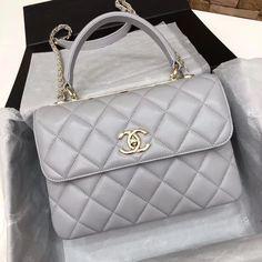 VOGUE Chanel Frau trendige Coco Griff Schulterklappe Tasche grau Landscaping Tips: What Mulch to Use Chanel Handbags, Purses And Handbags, Leather Handbags, Chanel Tote, Luxury Purses, Luxury Bags, Gucci, Fendi, Estilo Coco Chanel