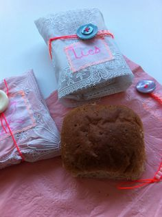 Soepel tafelzeil met losse sluiting en label om broodje in mee te nemen. Zie ook : zelfgemaakt lunchpakket 101 woonideeen.