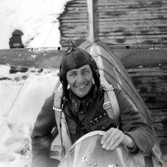 Lentomestari Ilmari Juutilainen (1914-1999). Kaksinkertainen Mannerheim-ristin ritari. Oli toisen maailmansodan aikana Suomen ilmavoimien menestyksekkäin taistelulentäjä.