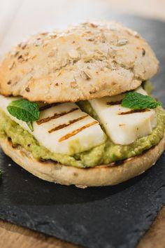 Een snelle optie voor een vegetarische burger, deze vegaburger wordt gemaakt van halloumi en avocado. Halloumi kun je perfect grillen doordat de kaas nauwelijks smelt en is daardoor perfect als burger te gebruiken. via @theanswerisfoo
