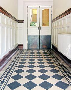 Cementplattor i original från början Balcony Flooring, Hall Flooring, Floor Design, House Design, Old Fashioned Kitchen, Tiled Hallway, Georgian Interiors, Checkered Floors, Victorian Farmhouse
