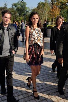 Selena Gomez in Paris. #poshpoint #streetstyle #selenagomez #PFW #LouisVuitton #fashionshow #paris #fashion
