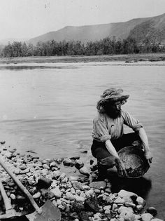 This picture shows a miner panning gold in the river during the Klondike Gold Rush.There is a digger he used to dig the ground and a shovel to get the gold from it. Canadian History, American History, Ruée Vers L'or, Canadian Identity, The Big Read, Gold Miners, Panning For Gold, Gold Prospecting, Le Far West