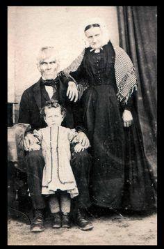 Bizarre And Creepy Photos photos) Creepy Old Pictures, Scary Photos, Vintage Pictures, Vintage Images, Weird Old Photos, Creepy Pics, Horror Photos, Creepy Images, Retro Halloween