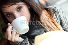 Ragazza con libro e caffè