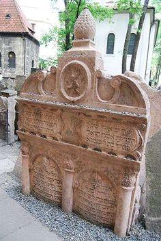 Hrob rabiho Löwa na Starém židovském hřbitově v Praze-Podél zdi se dostáváme k renesanční tumbě rabiho Löwa, jenž byl pochován roku 1609 ve věku 97 let. Jeho učenosti se v Praze nevyrovnal žádný z předchůdců ani následníků.Hrob rabiho Löwa, vedle něhož spočívá i jeho žena Perl, je poutním místem zbožných Židů, ale nejen oni nechávají na kameni lístečky papíru s osobními přáními.