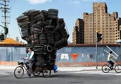 12-Apr-2014 15:38 - DEZE KOERIERS WETEN VAN WANTEN!. Loop jij altijd te harnassen met je boodschappen op je fiets? Wat een kneus ben je dan eigenlijk! Vergeleken met deze koeriers. uit China. Met gemak nemen ze 50 bureaustoelen mee of tig dozen met frisdrank. Wat een balans moet je dan houden en wat een baas ben je dan dit lukt!...