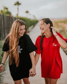 Monica Moran y Angela Marmol Cute Friend Pictures, Cool Girl Pictures, Girl Photos, Family Pictures, Best Friends Shoot, Best Friend Poses, Friend Poses Photography, Photography Poses Women, Children Photography