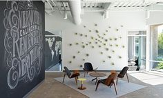 Data storage and bookmarking company Evernote has moved into a new, clean and modern office which was designed by Studio O+A. Evernote's new office is located in Redwood City. Evernote, City Office, Office Decor, Home Office, Office Ideas, Office Lobby, Office Lounge, Office Interior Design, Office Interiors