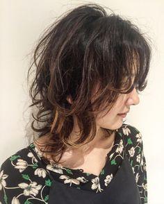 この画像は「個性派な女性になりたい…♡【ミディアムウルフ】大特集!」の記事の画像です。 Medium Hair Cuts, Short Hair Cuts, Medium Hair Styles, Curly Hair Styles, Hair Inspo, Hair Inspiration, Curly Hair Problems, Choppy Hair, My Hairstyle