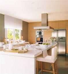 Cocina con isla con pared gris