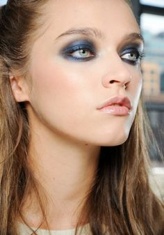 Smokey eye inverno 2014Gli smokey eyes nei toni del blu si adattano a tutti i diversi colori di occhi.