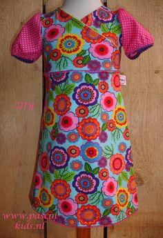 Hele zonnige uitvoering van het tricotjurkje Fenna. Je kunt de jurk in DIY naaipakket verkrijgen bij Pascal Kids.