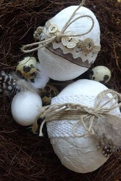 Plastered Easter eggs - Karin Urban - NaturalSTyle Easter egg with plaster bandage buttons lace Hoppy Easter, Easter Bunny, Easter Eggs, Easter 2018, Easter Egg Crafts, Decoupage Vintage, Vintage Easter, Spring Crafts, Diy And Crafts
